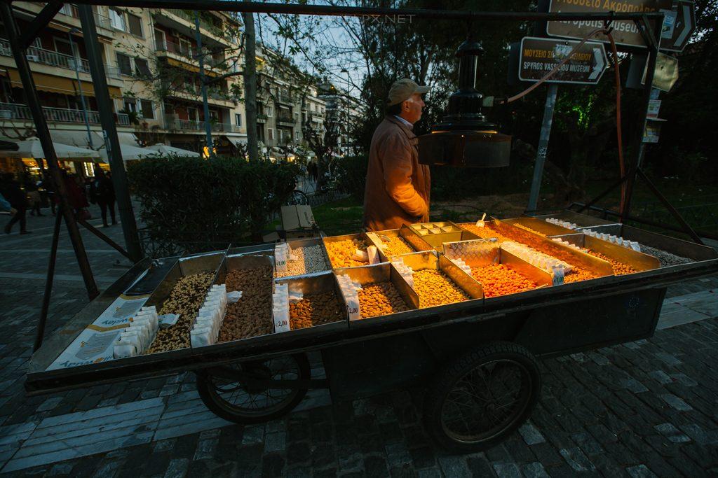Một xe hàng bán các loại hạt ở Athens