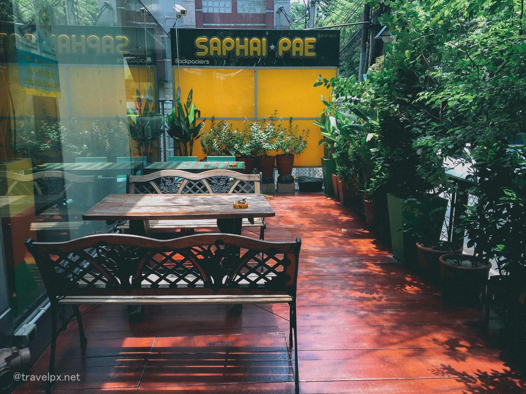 Bên ngoài hostel bố trí như một quán cafe