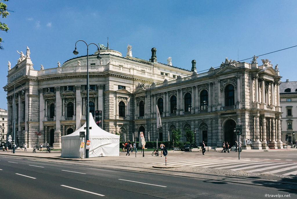 Burgtheater, một trong những nhà hát cổ nhất của châu Âu