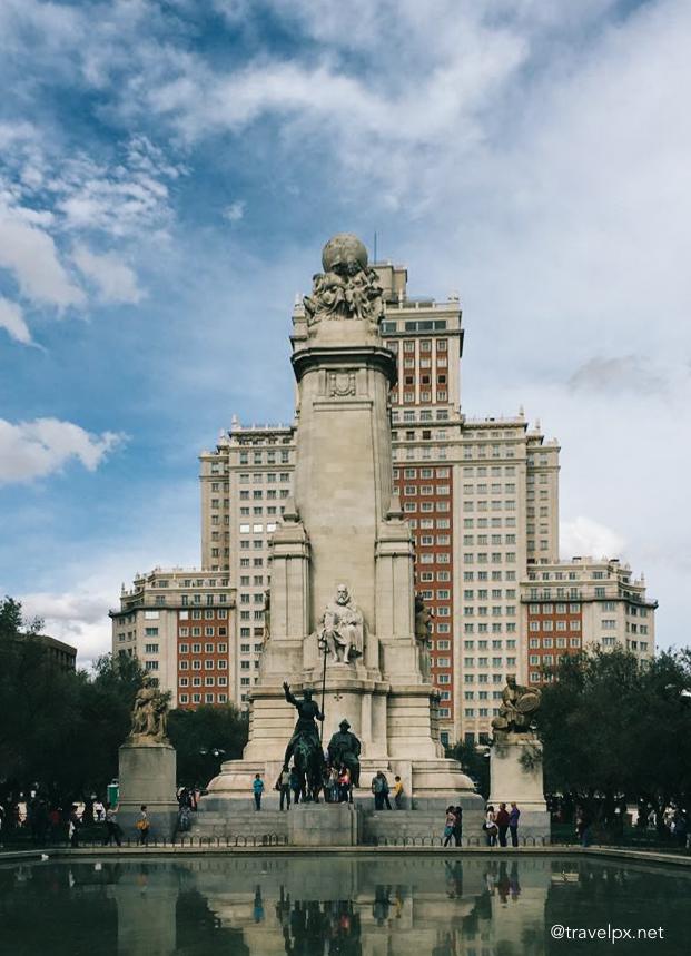 Tượng Don Quixote ở quảng trường Plaza de España