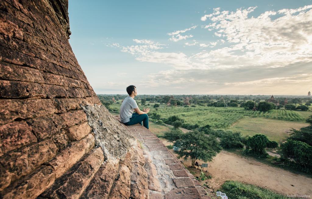 Cảm giác ngồi một mình trên một ngôi chùa vắng ngắm bình minh Bagan, thật khó tả...